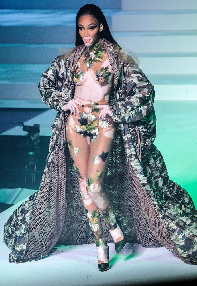 Éles váltásként érkezzen Winnie Harlow, aki a szó szoros értelmében is Éva-kosztümben lépett a kifutóra