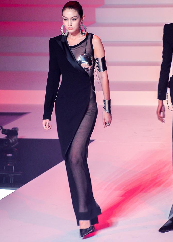 Gigi Hadid outfitje olyan volt, mintha az egyik percben még egy fontos meetingen, a másikban pedig egy arénában lett volna jelenése.