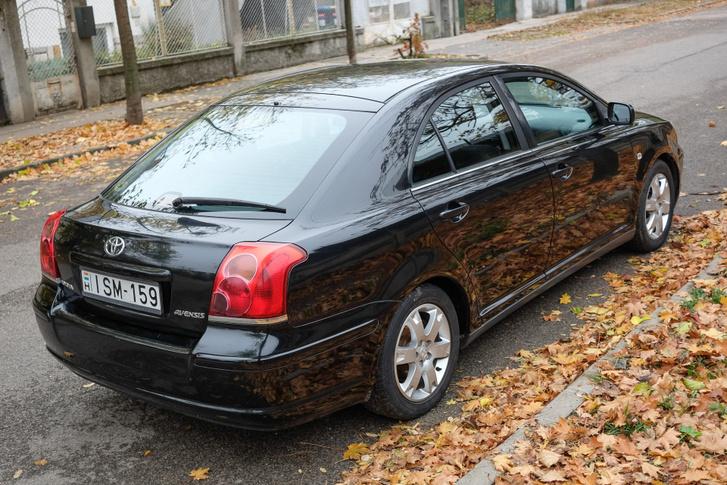 Már amennyire egy ötajtós Avensis guszta tud lenni. Elég ritka kivitel, Magyarországon hivatalosan nem is fogalmazták 1,6-os motorral, ötajtósként