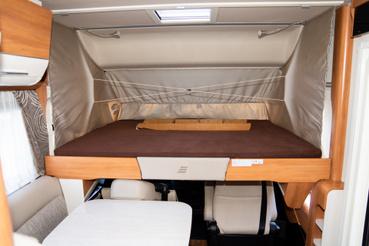 Az integrált lakókocsi egyik legnagyobb előnye, hogy az első ágy nem lóg be a lakótérbe, mint például a BMC-T-nél