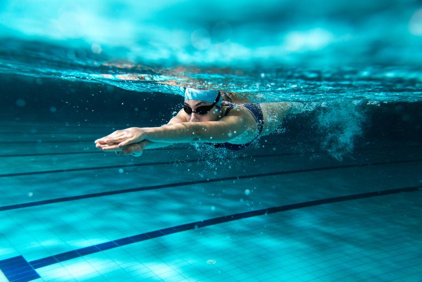 Az, hogy úszással mennyi kalóriát égetsz, nagyban függ az úszásnemtől, a tempótól és megtett távtól. Egy 70 kilogrammos súlyú nő esetében a gyorsúszás óránként 600-750, a mellúszás 680, a pillangóúszás 750 a hátúszás pedig nagyjából 470 kalóriát éget. Az úszásnemeket érdemes variálni, a könnyebbtől a nehezebb felé haladva.