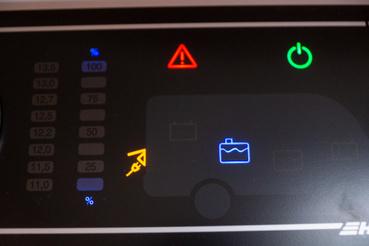 Itt azt látjuk, hogy be van kapcsolva a főkapcsoló (zöld jel), nincs víz a tisztavíz tartályban (piros felkiáltójel és a kék tartály) és fel van dugva az autó a hálózatra (sárga csatlakozó)