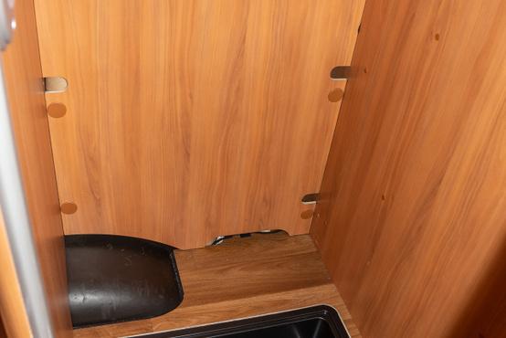 Az ágy alatti nagyobb tárolóba be tudjuk akasztani a téli kabátokat és fekete lavórba a piszkos csizmákat, így nem koszolja össze a mindent.