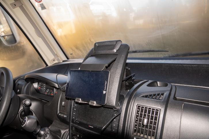 A Ducato műszerfal jóvoltából van beépített tablet tartó is a kocsiban