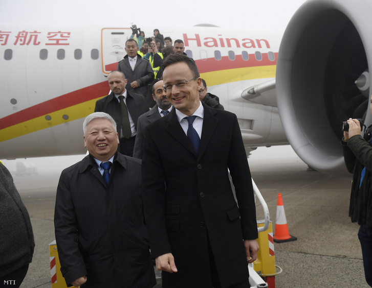 Tuan Csie-lung kínai nagykövet (b) és Szijjártó Péter külgazdasági és külügyminiszter megtekinti a kínai légitársaság Boeing 737 Dreamliner típusú repülőgépét a Hainan Airlines új Csungking és Budapest között közlekedő járatának avatási ünnepségén