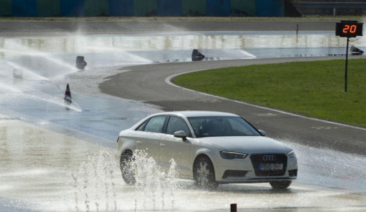 Praktikus ajándék egy vezetéstechnikai tréning, ha lehet saját autóval. Az elméleti rész éppolyan fontos, mint a gyakorlati