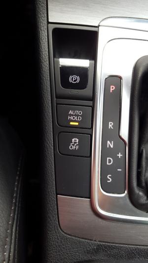 Ez a gomb számos autóban megtalálható VAG-konszernen belül és azon kívül is. Lehet, hogy másképp hívják, de az elve sok esetben azonos. Merj nyomkodni és tapasztalni, az összes gomb ki van fizetve...