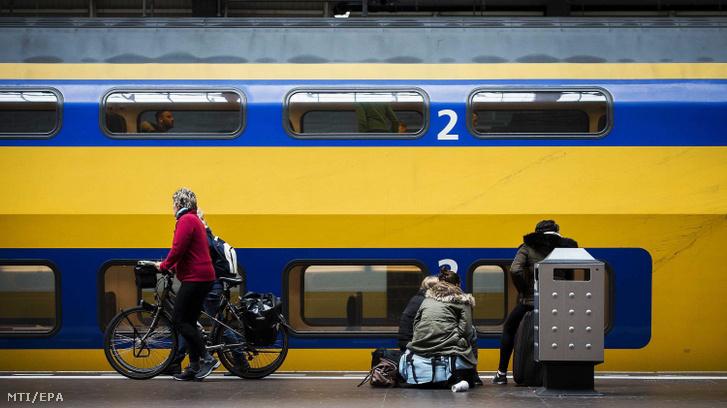 Utasok az amszterdami központi pályaudvaron