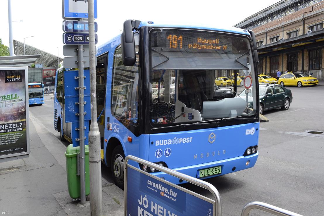 Evopro Modulo Medio Electric zöld rendszámos elektromotoros meghajtású autóbusz a Nyugati pályaudvarnál