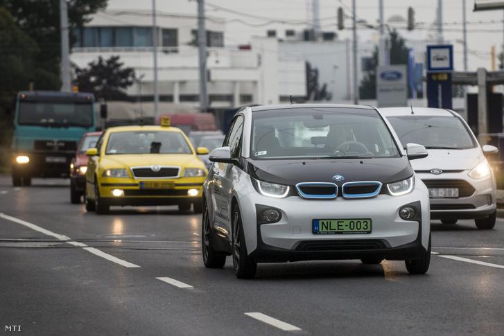 Zöld rendszámos BMW i3 elektromos meghajtású személygépkocsi Budapesten