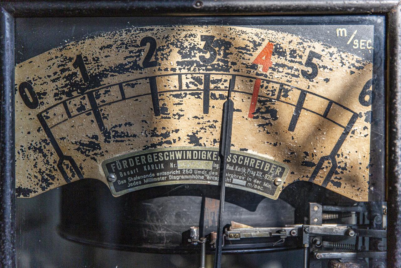 """""""Fördergeschwindigkeitsschreiber"""". A bányalift gépházában látható csodás antik bányaműszer egyfajta tachométer, ami mérte a liftek sebességét és rögzítette az általuk megtett utat."""