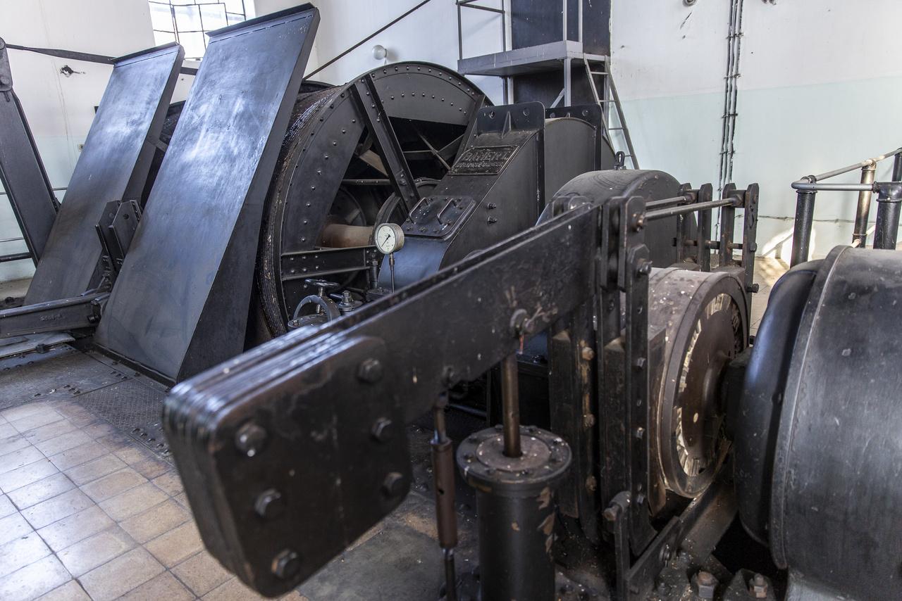 Az újpesti Bamert gépgyárban készült a bányalifteket működtető gyönyörűséges dízelmotor, ami a depressziósház szomszédságában lévő gépházban rejtőzik – működőképes állapotban.