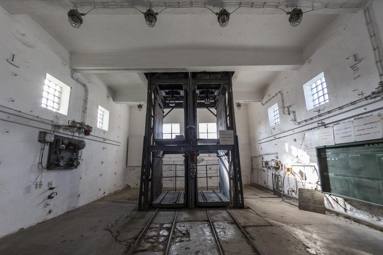 A tatabányai szénmedence nyugati széntelepeit dr. Mohi Rezső bányamérnök kutatta föl, az ő nevéhez fűződik a tatabányai szénbányászat felvirágozása, az ipari skanzen az ő emléke előtt is tiszteleg. A XV-ös akna mélyítése 1940. szeptember 17-én kezdődött, az első szénnel megrakott csille 1942. augusztus 3-án gurult ki a bányából. A képen az aknatoronyhoz tartozó ún. depressziósház négyrekeszes liftje látható eredeti, elvileg még működőképes állapotában.