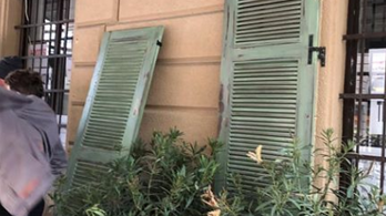 Zsalukat tettek a CEU babalaborjának ablakaira, de csak dísznek szánták