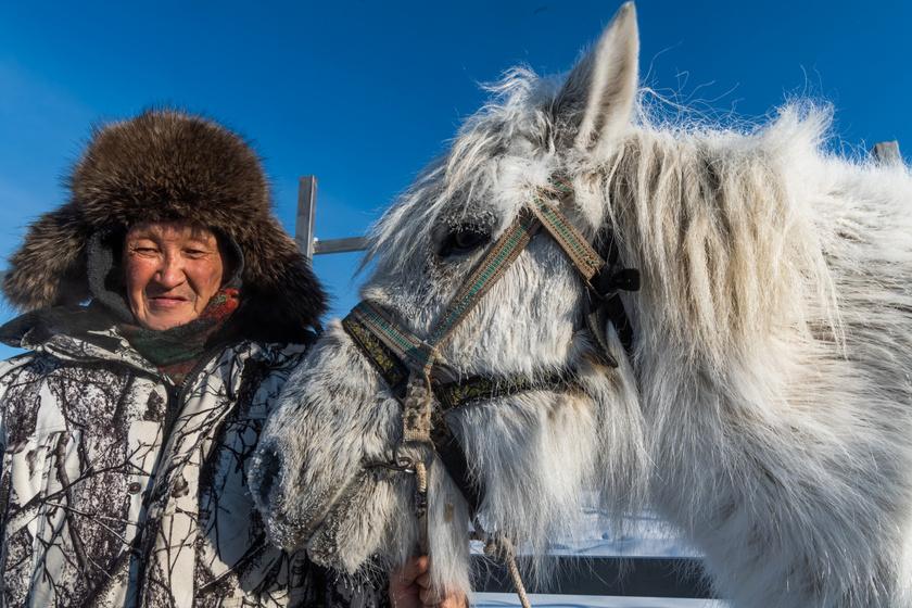A Föld leghidegebb lakott településeinek egyike a Szibériai Jakutföldön található Ojmjakon, ahol -67,7 °C-ot - sőt, egyes források szerint -71 °C-ot is - mértek. -50 °C fölött a gyerekeknek nem kell iskolába menniük, az autókat pedig fűtött garázsokban tartják. Az éves hőingás ugyanakkor hatalmas, akár 100 fok is lehet.