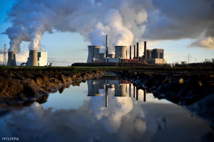 Az RWE német energetikai vállalat barnaszénnel üzemelő bergheimi Neurath és Niederaussem (b) erőműve