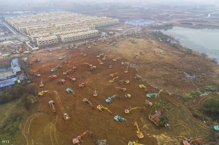 Munkások az új ezer férőhelyes kórház építkezésén Vuhanban 2020. január 24-én.