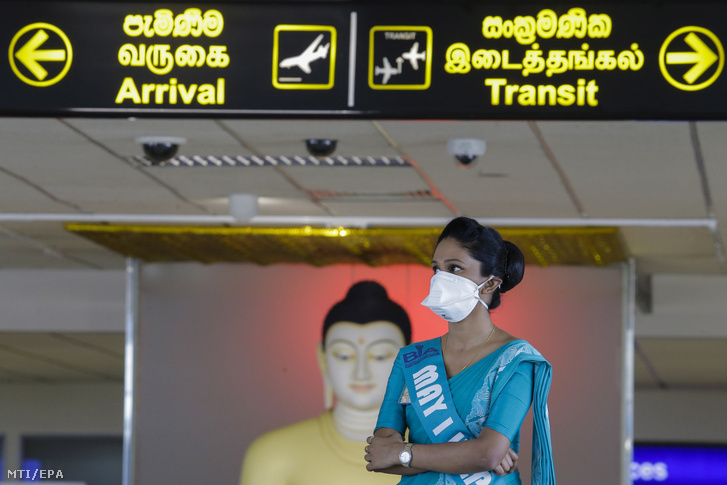 Védőmaszkot visel a colombói Bandaranaike nemzetközi repülőtér egyik dolgozója 2020. január 24-én.