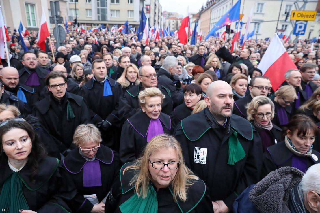 Európai országokból érkezett jogászok tüntetnek Varsóban 2020. január 11-én. A tüntetők a bíróságokról szóló lengyel törvény tervezett módosítása ellen tiltakozó lengyel bírókkal fejezték ki szolidaritásukat.