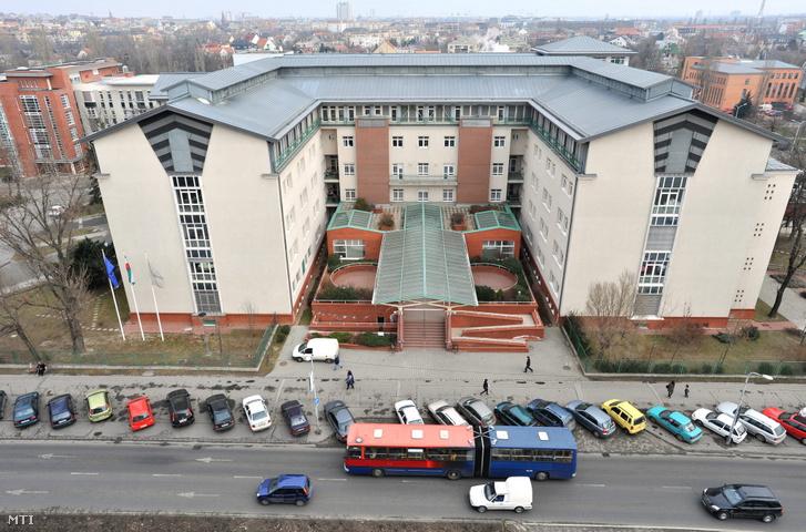 Meg nem nevezett intézmény, de a Tétényi úton található a Szent Imre kórház