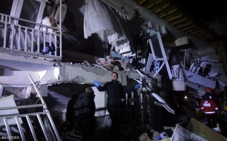 Mentők a törökországi Elazig városában a mai földrengés miatt összeomlott épületnél.