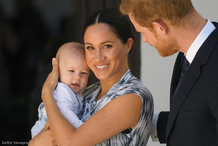 Meghan Markle fogja kezében kisfiát, Archie Mountbatten-Windsort, mellettük pedig Harry herceg.