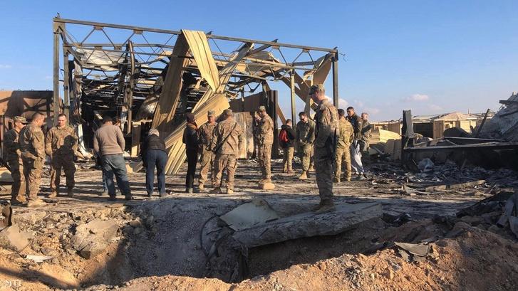 A károkat mérik fel amerikai katonák és riporterek az iraki Anbárban mûködõ Ain al-Aszad légi támaszponton 2020. január 13-án.