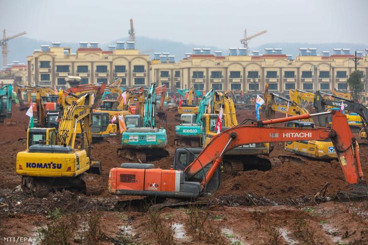 Munkagépek sorakoznak az új ezer férőhelyes kórház építkezésén Vuhanban 2020. január 24-én.