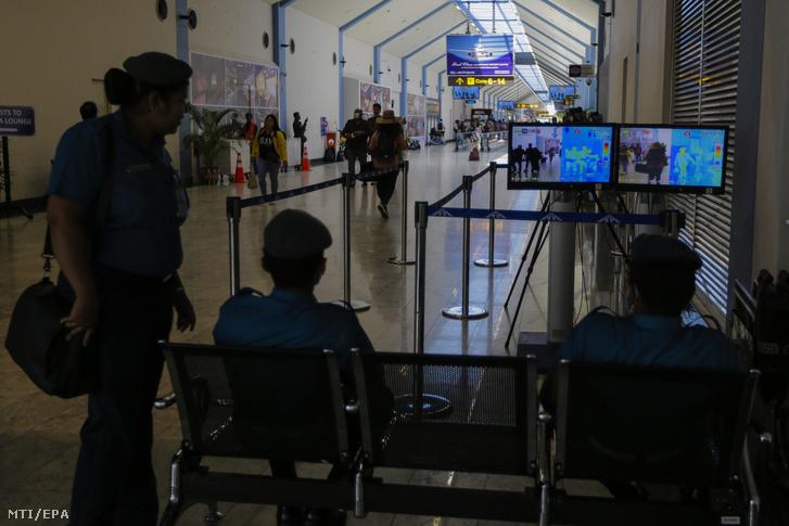 Hőkamerával vizsgálják az utasokat a colombói Bandaranaike nemzetközi repülőtéren 2020. január 24-én.