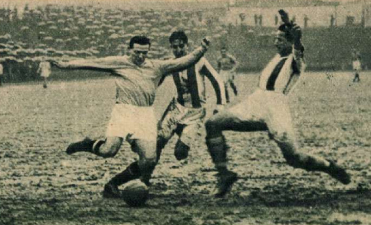Sternberg és Seres megtámadják a kapura lövő Sast – még februárban sem álltak készen a pályák 1936-ban