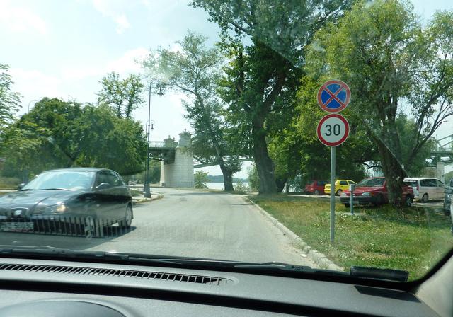 Saját felvételek. A tábla a helyén, de innen nem látható az a pont, ahonnan a rendőrök traffipaxoztak.