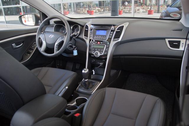 Minden mainstream-Hyundainak ilyen mostanában a belseje. Egyik cizelláltabb, másik kevésbé az, de a formák azonosak