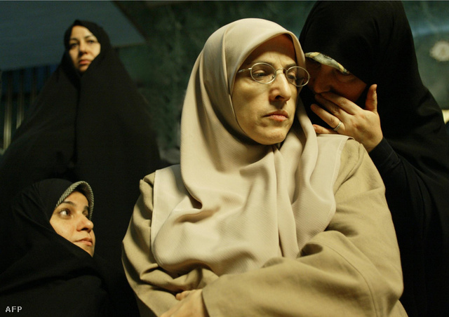 Muszlim nők tradicionális, az iszlám szigorú szabályainak megfelelő öltözetben