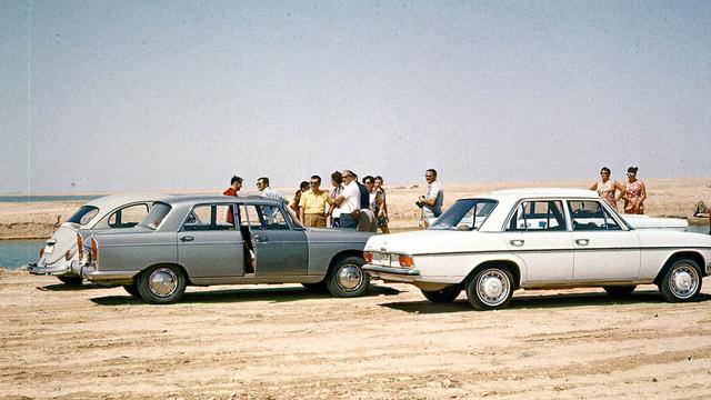 Kiránduláson a többi kirendeltségi autóval. Pár éven belül nekik is Mercijük volt, mert az bírta Irakot