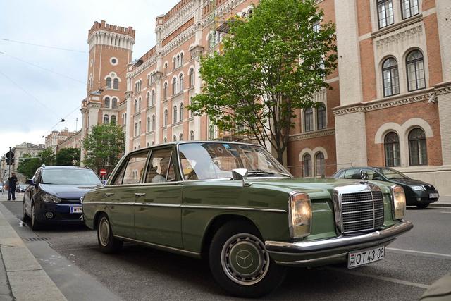 Bécsben még jobban mutat egy ilyen autó, mint Budapesten. A kép bal szélén egy traffipaxoló rendőr, aki ordítva rohant hozzám - hogy mertem ide parkolni