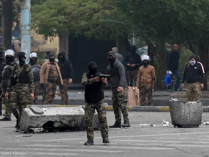 Az iraki biztonsági erők megrohamozták a tüntetőket Irakban 2020. január 25-én.