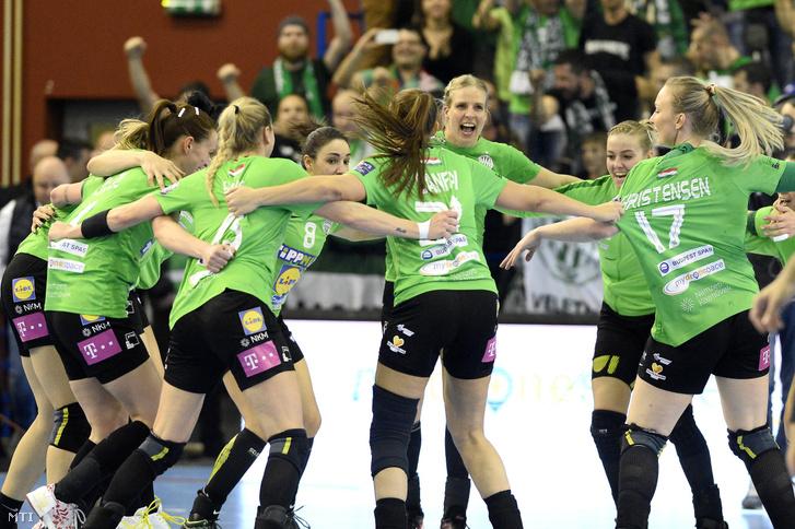 A CSM Bucuresti elleni győzelmet ünneplő Fradi-játékosok