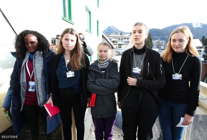 A Reuters teljes képe a klímaaktivisták január 24-i sajtótájékoztatójáról. Balról jobbra: az ugandai Vanessa Nakate, a német Luisa Neubauer, valamint a svéd Greta Thunberg, Isabelle Axelsson és Loukina Tille.