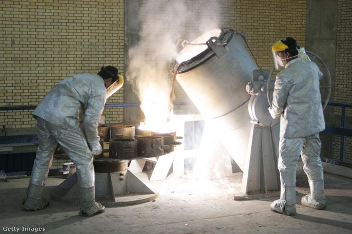 Munkások egy iráni uránátalakító létesítményben még 2005-ben.