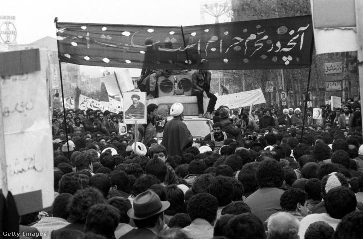 Khomeini mellett tüntetők Teheránban a forradalom ideje alatt 1979 januárjában