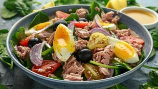 Na ez a saláta azért elég menő: tonhalsaláta bébispenóttal, körtével és málnaecetes dresszinggel