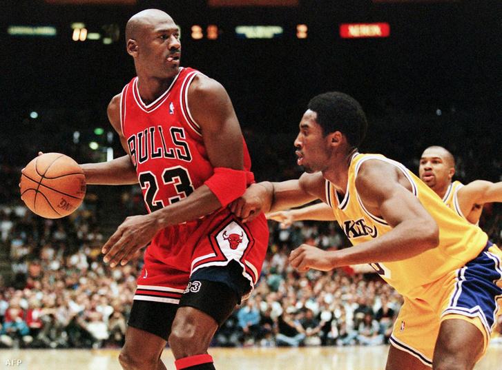 Kobe Bryant (j) és a példaképe, Michael Jordan