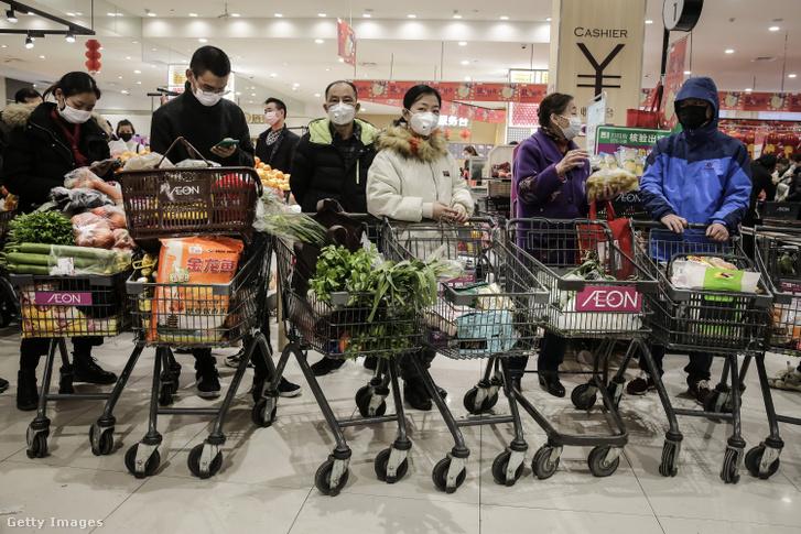 Védőmaszkot viselő vásárlók egy Vuhan városában lévő piacon 2020. január 23-án.