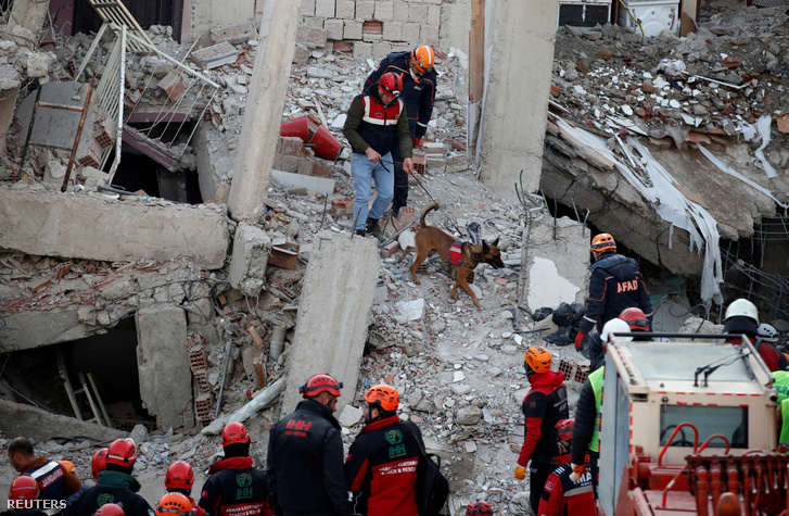 Mentőmunkás összeomlott épületnél keresés közben a törökországi Elazigban 2020. január 26-án
