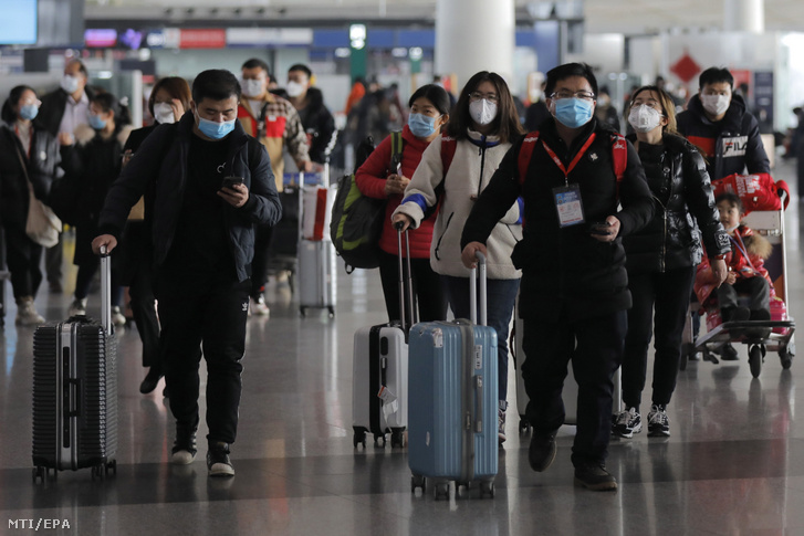 Szájmaszkot viselnek az emberek a pekingi repülőtéren 2020. január 26-án.