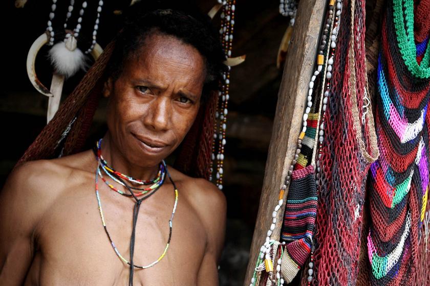 Levágják a nők ujját, ha meghalt valaki a családban: a férfiakra nem vonatkozik a hagyomány az indonéz törzsben