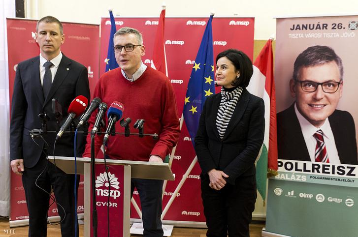"""Balról-jobbra: Nemény András, Szombathely polgármestere, Pollreisz Balázs, az MSZP, a DK, a Jobbik, a Momentum és az LMP győri polgármesterjelöltje, valamint Kunhalmi Ágnes, az MSZP választmányi elnöke sajtótájékoztatót tart """"Tiszta várost, tiszta közéletet Győrben is!"""" címmel a győri MSZP-székházban 2020. január 25-én, egy nappal az időközi polgármester-választás előtt"""