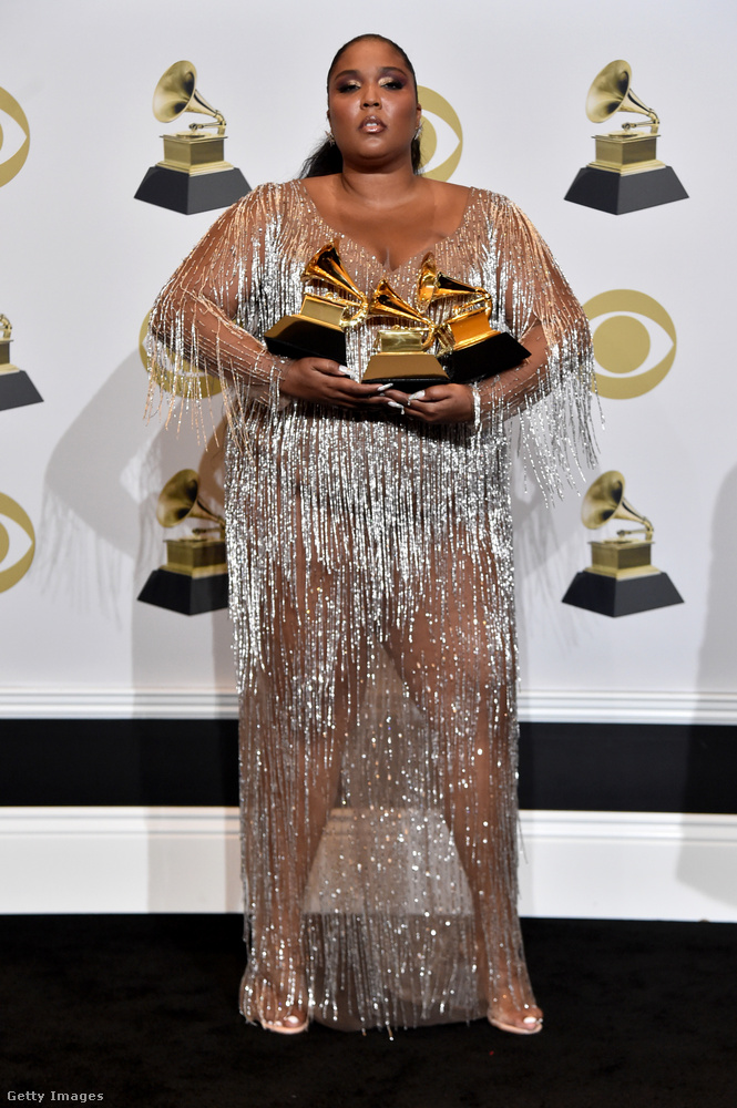 A díjátadó után, amikor a megnyert díjaival állt a fotósok elé, egy még merészebb ruhában jelent meg