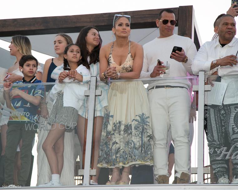 Az 50 éves színésznő/énekesnő egy dél-floridai lóversenyre látogatott el, jegyesével, Alex Rodriguez és három gyerekükkel