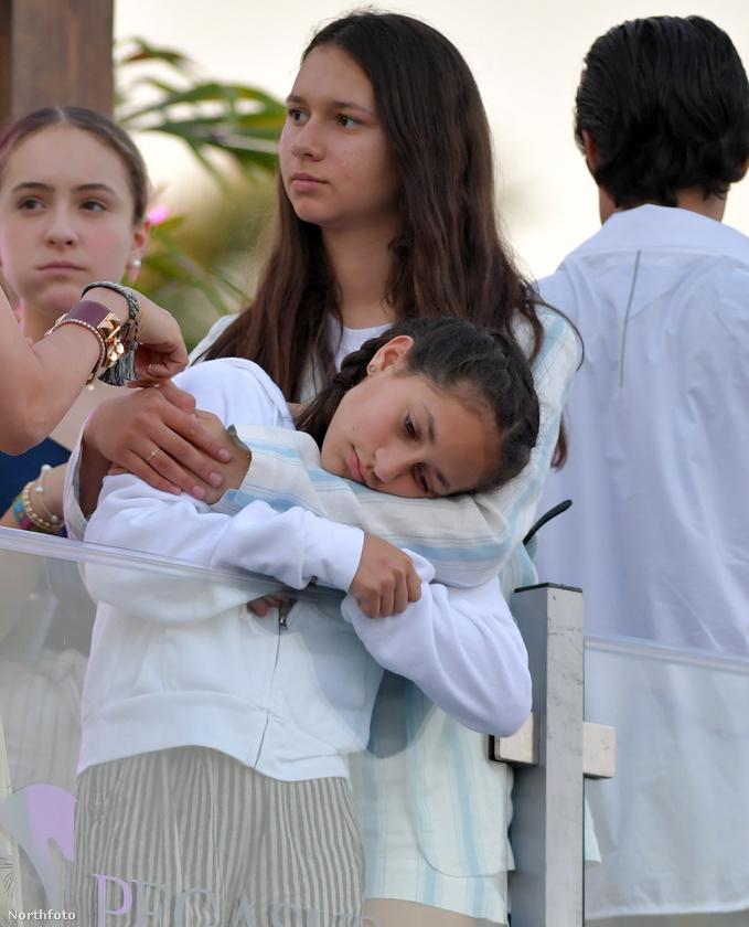 A lóversenyre Emme, Maximilian és Natasha kísérte el a sztárpárt